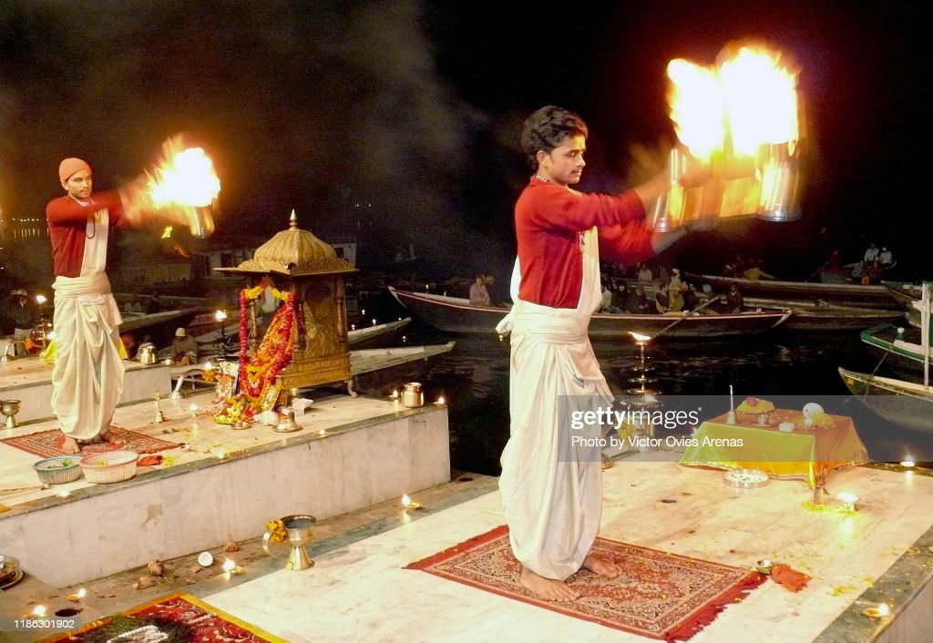 Mother Ganga Aarti religious ceremony in front of the Ganges river at night in Varanasi, Uttar Pradesh, India : Foto de stock