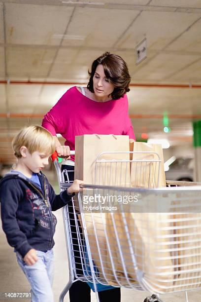 Mutter mit Sohn Lebensmittel-Einkaufsservice