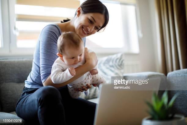 mutter mit videoanruf von zu hause - mother daughter webcam stock-fotos und bilder