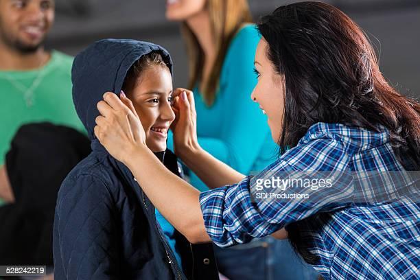 mãe ajudando a filha tente em nanocristal a doação de carro - casaco - fotografias e filmes do acervo