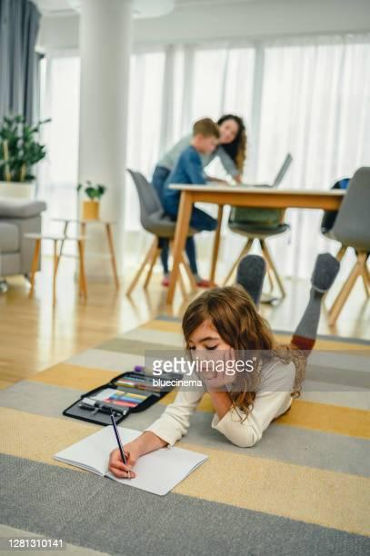母親説明她的孩子進行在線教育。 - 跟拍鏡頭 個照片及圖片檔