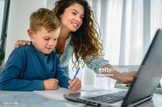 母親説明她的兒子進行在線教育。 - 跟拍鏡頭 個照片及圖片檔