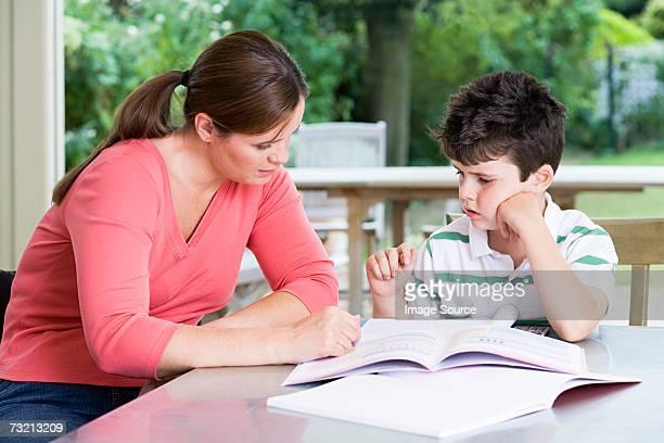 Mère aider son fils de faire ses devoirs