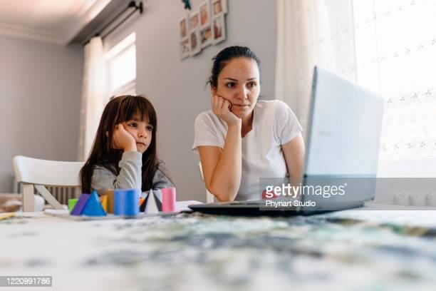 mãe ajuda sua filha em aulas de educação a distância - geometria - fotografias e filmes do acervo