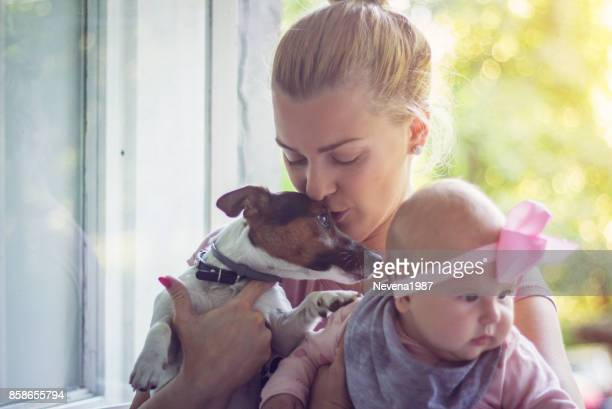 Mutter mit einem Baby und einem Hund