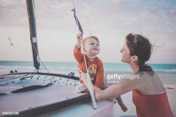 Mère Holding Baby Boy à Sunset Beach