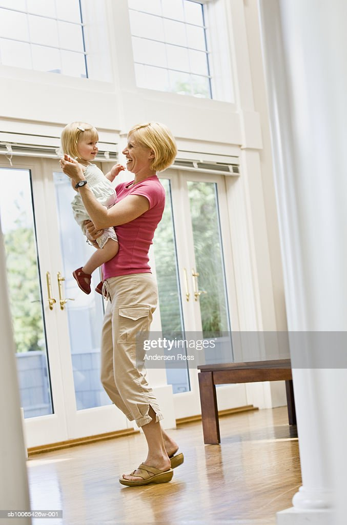 Mother holding baby daughter (9-12 months) : Foto stock