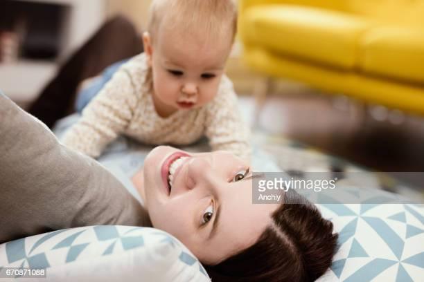 Moeder bedrijf camera overhead en neemt selife met haar baby
