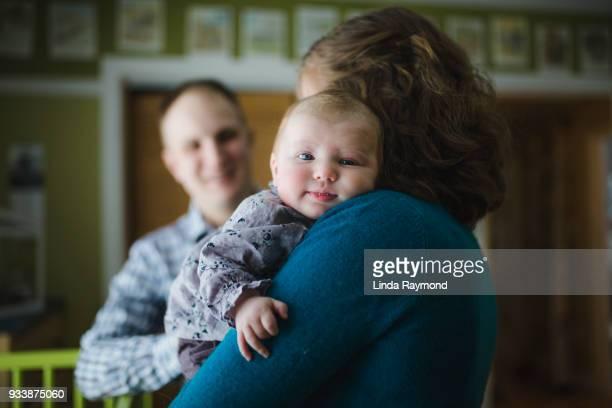 Mère tenant son bébé fille