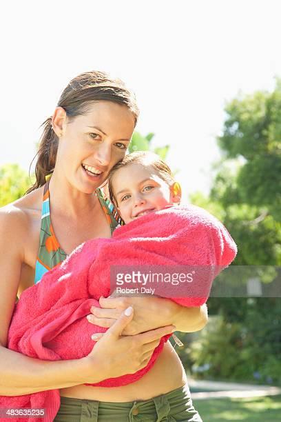 Eine Mutter, die ihre Tochter in ein Handtuch nach Bad