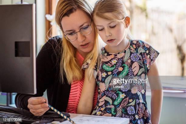 mutter zu hause schule ihre kleine tochter - mother daughter webcam stock-fotos und bilder