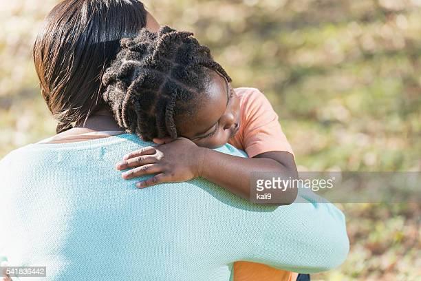 Mère embrassant petit garçon