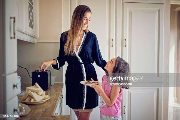 Moeder bereidt ontbijt voor haar dochtertje