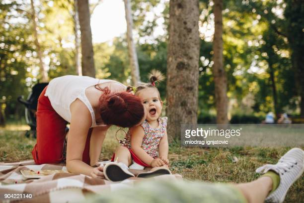 Madre niña besos en el Parque