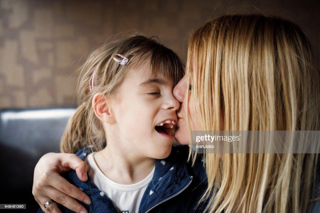 Mère fille baiser ayant une déficience visuelle : Photo