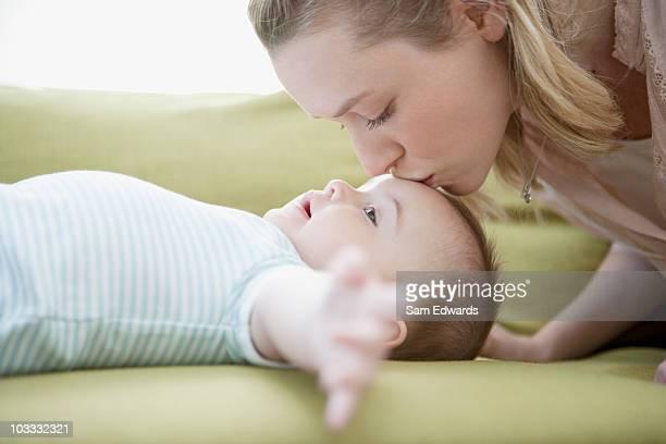 Mère embrassant son fils de bébé sur le front