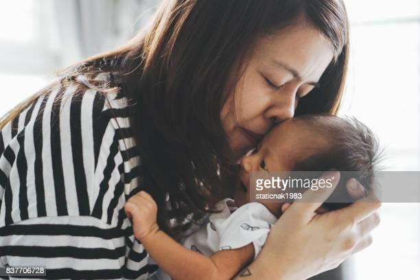 Mutter Küssen Ihr Kind