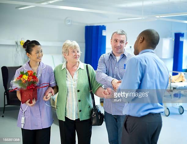 Mère de l'hôpital feuilles