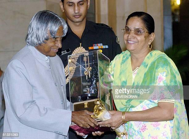 Mother of Indian cricketer Harbhajan Singh Avatar Kaur receives the prestigious Arjuna Award on his behalf from Indian President APJ Abdul Kalam...