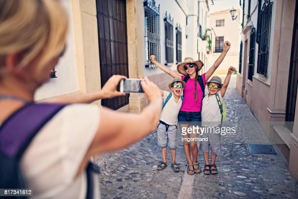 madre fotografiar niños en la calle de ronda, españa - ronda fotografías e imágenes de stock
