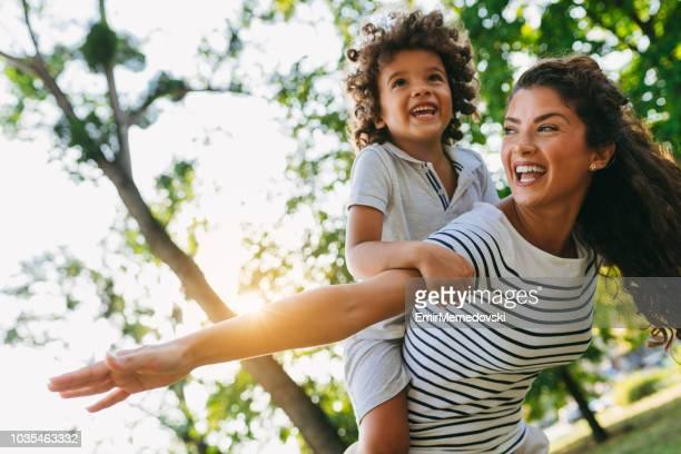 mãe do filho de verticalização no parque - sobre os ombros - fotografias e filmes do acervo