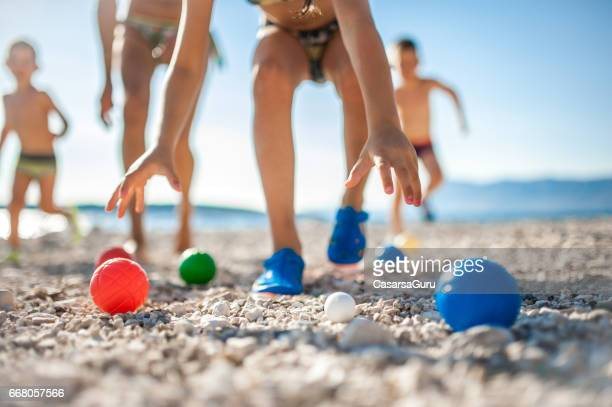 Moeder Boccia met kinderen spelen op het strand