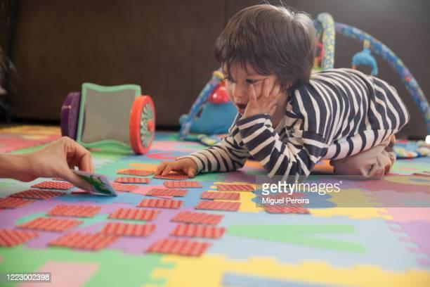 mother playing cards with child - dar cartas imagens e fotografias de stock