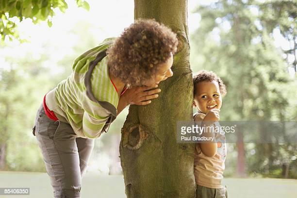 Madre jugando con su hijo escondite