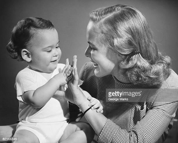 mother playing with baby (9-12 months), (b&w) - silhueta de corpo feminino preto e branco - fotografias e filmes do acervo