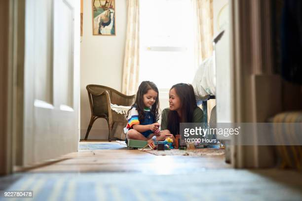 mother playing with daughter - jouer photos et images de collection