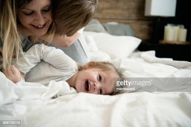 madre jugando con sus hijos durante el día de la madre - imagenes gratis fotografías e imágenes de stock