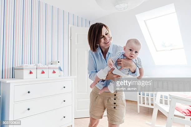 Madre, giocando con il suo piccolo figlio, affettuosamente sorridenti per lui