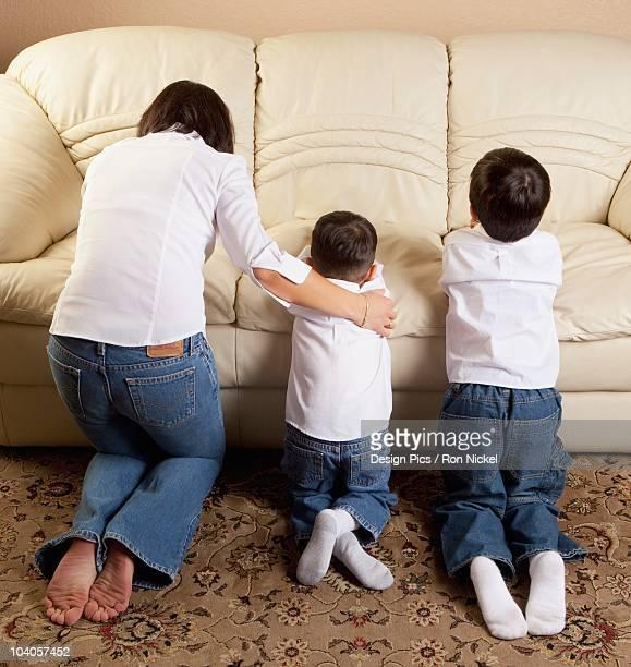 mother praying with her sons - mulher orando de joelhos imagens e fotografias de stock
