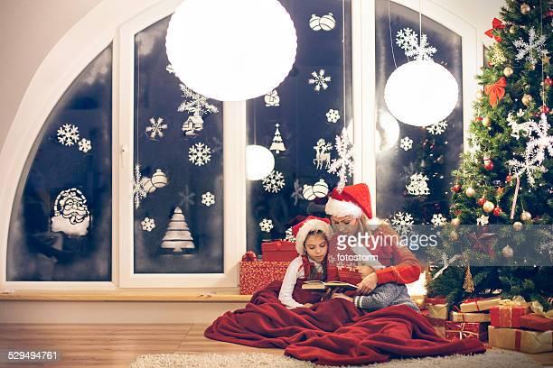 Madre lectura de Navidad pisos a sus hijos