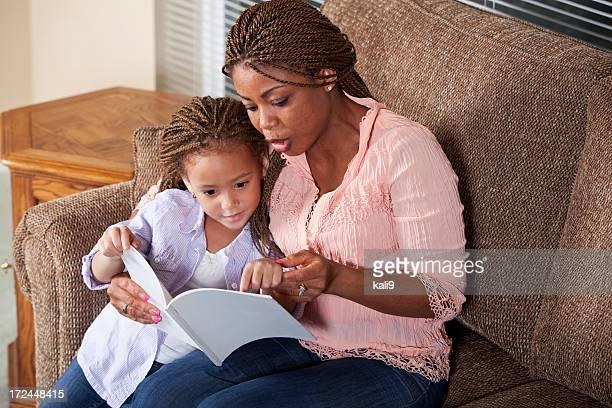 Mère à sa fille lecture