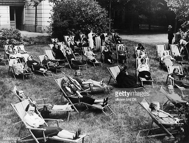 Mother Recreation Home in the Splittgerbergasse Berlin on its opening day women are lying in deckchairs in the garden