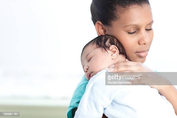 母は生まれたばかりの赤ちゃんのリラックス。