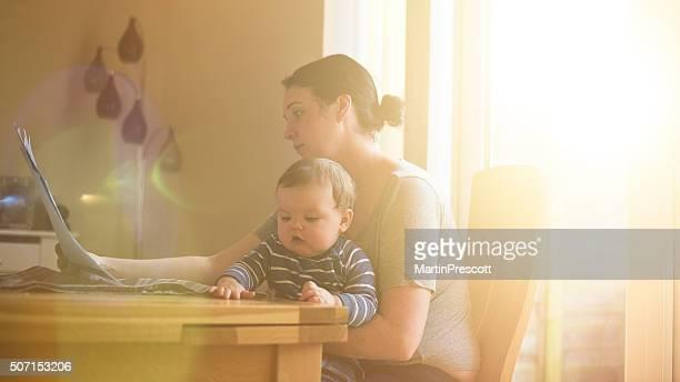 Mère avec enfant samedi vous soucier de ses finances