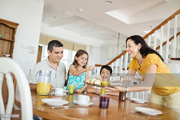 mother serving breakfast to family - 40 44 jaar stock pictures, royalty-free photos & images