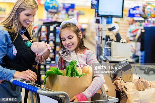 Mother ショッピンググローサリーストア人の娘と若い