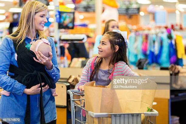 母娘のショッピングで若いグローサリーストア