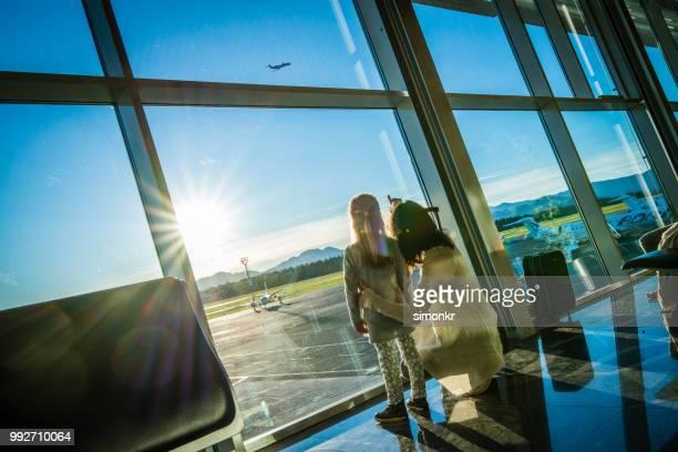 avión que muestra madre a hija - familia con un hijo fotografías e imágenes de stock