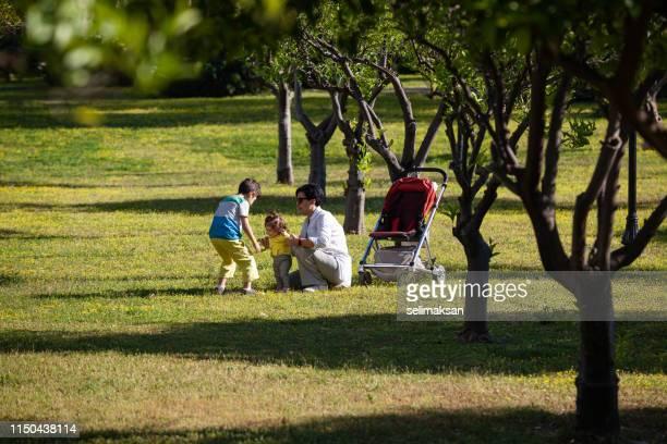 Madre, hijo y niña teniendo buen tiempo en el parque público