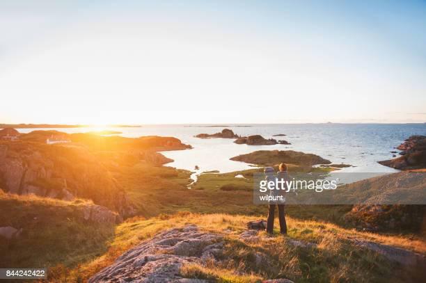 madre hijo isla puesta del sol - islas de gran bretaña fotografías e imágenes de stock