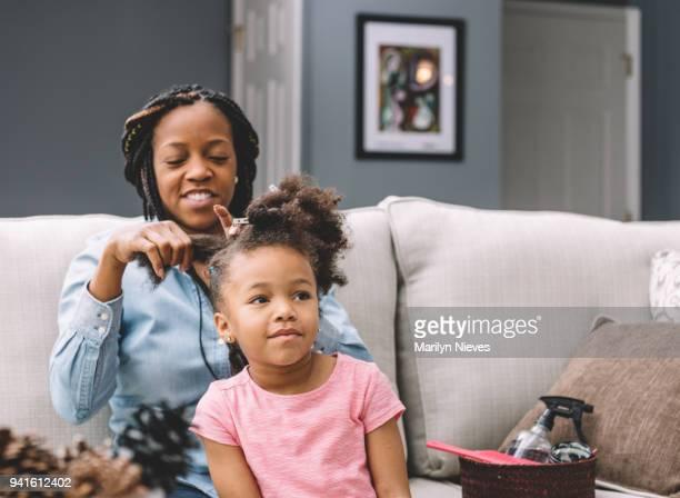 styling daugher van haar moeder - afro amerikaanse etniciteit stockfoto's en -beelden