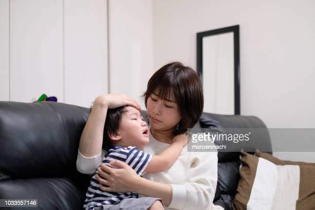 母の風邪は彼女の子供の世話 - medical condition ストックフォトと画像