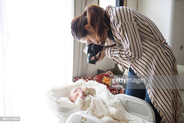 Mutter die Bilder von Babys.