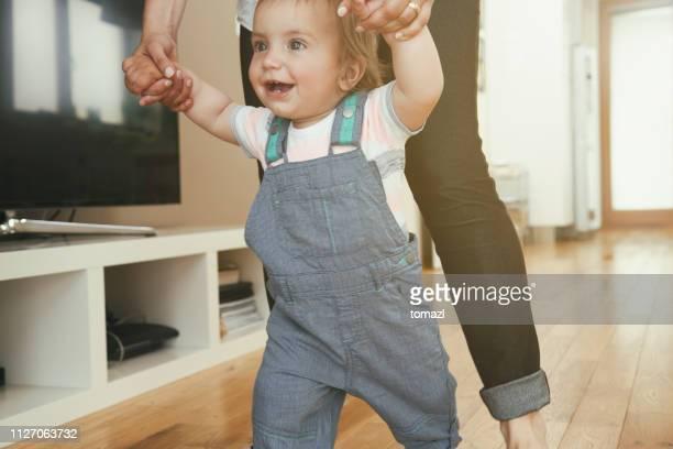 mãe ensinando o filho a andar - primeiros passos - fotografias e filmes do acervo