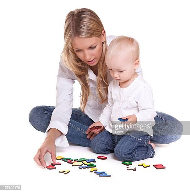 Mutter und Kind lernen alphabet