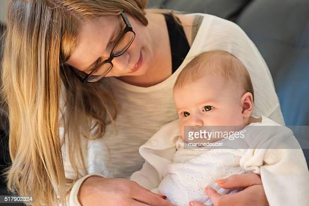 """madre teneramente con bella bambina a casa. - """"martine doucet"""" or martinedoucet foto e immagini stock"""